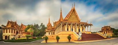 Il corridoio del trono dentro Royal Palace in Phnom Penh, Cambogia Panorama immagini stock libere da diritti