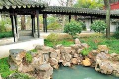 Il corridoio lungo nel giardino dell'amministratore umile Fotografie Stock