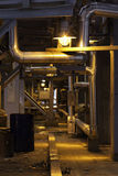 Il corridoio sulla pianta illuminata dalla lampada, convoglia la struttura d'acciaio Fotografia Stock