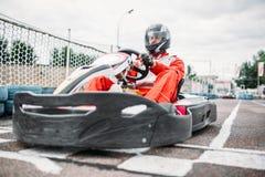 Il corridore di Kart sulla linea di inizio, va driver del carretto immagine stock
