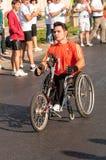 Il corridore di maratona andicappato non identificato fa concorrenza Fotografie Stock