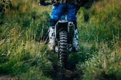 Il corridore di motocross sta guidando su un sentiero per pedoni Fotografia Stock Libera da Diritti