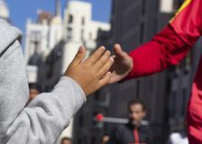 Il corridore ed il bambino applaudono le loro mani fotografie stock libere da diritti