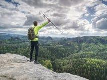 Il corridore esile di viaggio del corpo con i pali di trekking e dello zaino cammina immagini stock