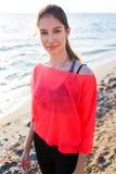 Il corridore femminile che gode di bello giorno dopo la mattina funziona lungo la spiaggia immagini stock libere da diritti