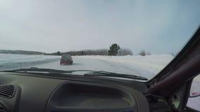 Il corridore guida sulla strada dell'inverno in una foresta video d archivio