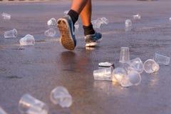 Il corridore prende un'acqua in una corsa maratona Fotografie Stock