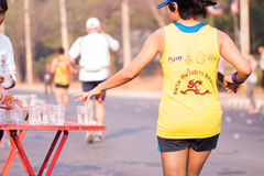 Il corridore prende un'acqua in una corsa maratona Fotografia Stock Libera da Diritti
