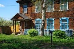 Il cortile di vecchia casa di legno con il portico, albero di betulla, colonna della via fotografia stock