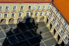 Il cortile di vecchia costruzione dell'università di Vilnius fotografia stock libera da diritti