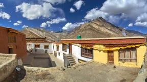 Il cortile interno del monastero buddista di Rangdum, delle costruzioni gialle e bianche di preghiera del gong, nel hig del fondo Fotografia Stock Libera da Diritti