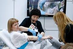 Il Cosmetician fa la depilazione che shugaring fotografie stock