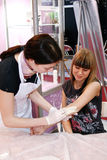 Il Cosmetician fa la depilazione che shugaring fotografia stock libera da diritti