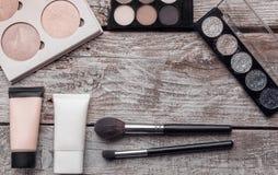Il cosmetico compone pianamente il contenuto grafico del fondo di disposizione della copia dello spazio di bellezza rosa del test immagine stock
