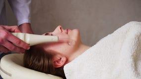 Il cosmetologo maschio signorile fa la procedura di bellezza con adattamento speciale al cliente femminile, che si trova sullo st stock footage