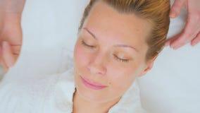 Il cosmetologo rende ad ultrasuono il massaggio facciale per il paziente archivi video