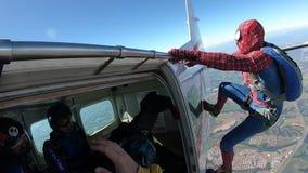 Il cosplay del paracadutista vestito come Uomo Ragno, cade da un aeroplano in Boituva, Sao Paulo, Brasile - 12 luglio 2019 video d archivio