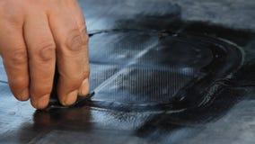 Il costruttore cela la membrana del tetto EPDM PVC-P E TPO FPO video d archivio