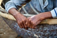 Il costruttore vietnamita della barca in Hoi An dice ciao Immagini Stock