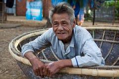 Il costruttore vietnamita della barca in Hoi An dice ciao Immagini Stock Libere da Diritti