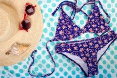 Il costume da bagno delle donne della conchiglia di vista superiore di vetro di Sun del cappello di Straw Beach Woman con spazio  Fotografie Stock