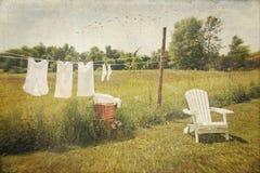Il cotone bianco copre l'essiccamento su una riga della lavata Fotografie Stock