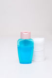Il cotone ed il fronte blu tonico lavano su una tavola bianca a casa Fotografie Stock