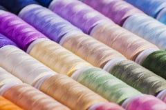 Il cotone multicolore annaspa arti ed elabora il fondo Fotografia Stock Libera da Diritti