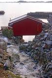 Il cottage del pescatore sulla corrente ruvida di inverno Fotografie Stock