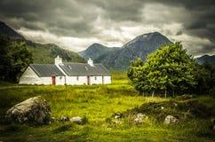 Il cottage di Blackrock con la montagna di Bhuird del a' di Meall in Rannoch attracca la Scozia Fotografie Stock