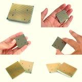 Il CPU moderno in mani degli uomini ha messo delle immagini Lato posteriore Fotografie Stock