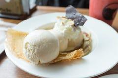 Il crêpe con il gelato e la banana ha bruciato la guarnizione Fotografie Stock Libere da Diritti