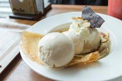 Il crêpe con il gelato e la banana ha bruciato la guarnizione immagini stock