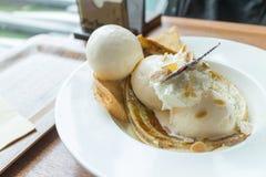 Il crêpe con il gelato e la banana ha bruciato la guarnizione immagini stock libere da diritti
