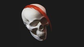 Il cranio bianco è decorato con le piume rosse Fotografia Stock