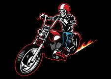 Il cranio che porta un rivestimento di cuoio del motociclista e guida un motociclo Immagine Stock Libera da Diritti