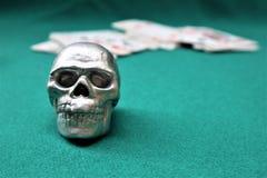 Il cranio con sulle carte fotografia stock