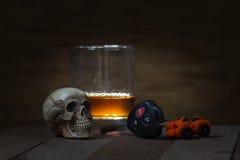 Il cranio e bere fanno non guidando la natura morta Immagini Stock