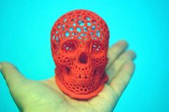 Il cranio ha stampato con plastica di colore rosso su una stampante 3d Immagini Stock