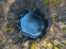 Il cratere principale della meteorite di Kaali su si chiude in saaremaa Estonia fotografie stock libere da diritti