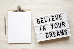 Il ` crede nella vostra parola del ` di sogni sul bordo moderno, bacheca, matita sopra fondo di legno bianco, spese generali Vist fotografie stock libere da diritti