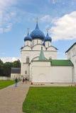 Il Cremlino di Suzdal'con le cupole blu Immagini Stock