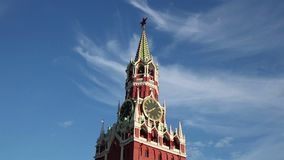 Il Cremlino Spasskaya di Mosca torreggia il cielo blu stock footage