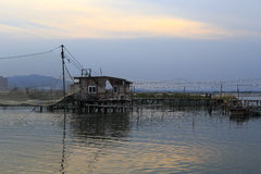 Il crepuscolo della baracca del paesino di pescatori Immagini Stock