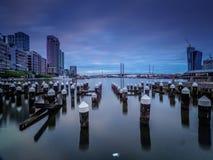 Il crepuscolo mette dentro ai Docklands di Melbourne con Pilons nella priorità alta Immagini Stock