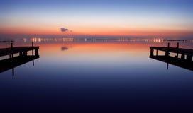 Il crepuscolo nel lago Immagini Stock