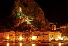 Il Croatia - Omis e vecchia fortificazione Mirabela alla notte Fotografie Stock