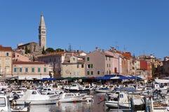 Il Croatia - Rovinj - città e barche sulla porta Fotografia Stock Libera da Diritti