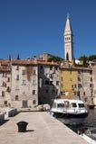 Il Croatia - Rovinj - nave e case del campanile Fotografia Stock Libera da Diritti