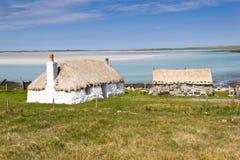 Il Croft alloggia vicino alla spiaggia dell'orecchio di Traigh - Uist del nord Fotografia Stock